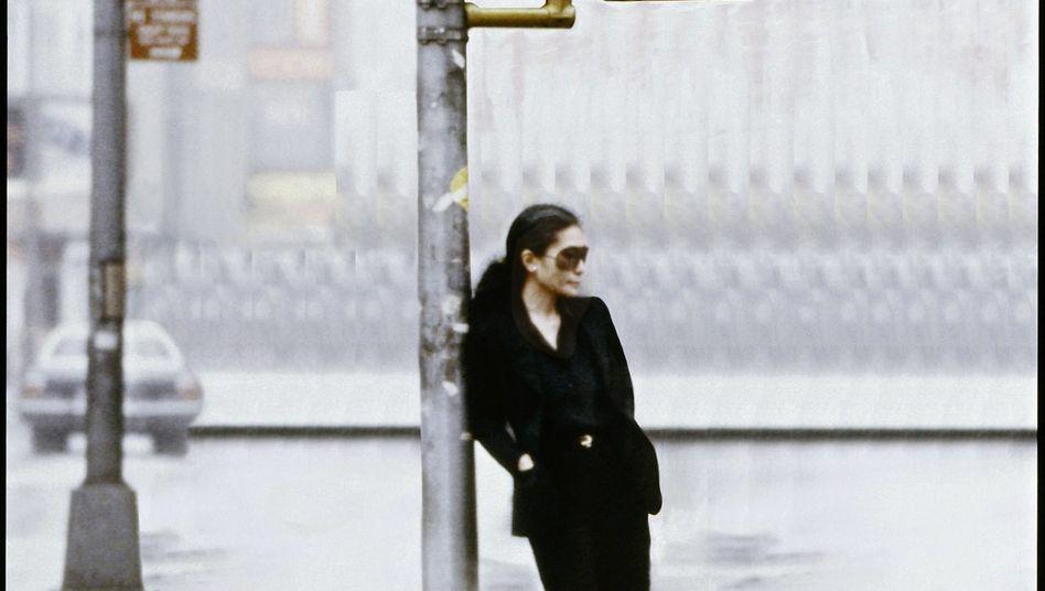 Künstlerin Ono in ihrem Video »Walking on Thin Ice« 1981: »Dem Alleinsein ausgesetzt«