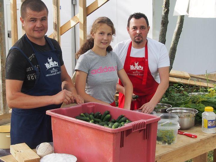 Farmer Klimow mit Helfern