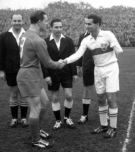 Stuttgart-Profi Schlienz (r.)begrüßt 1958 vor dem Pokalfinale Düsseldorfs Juskowiak: Drei Spiele für Deutschland