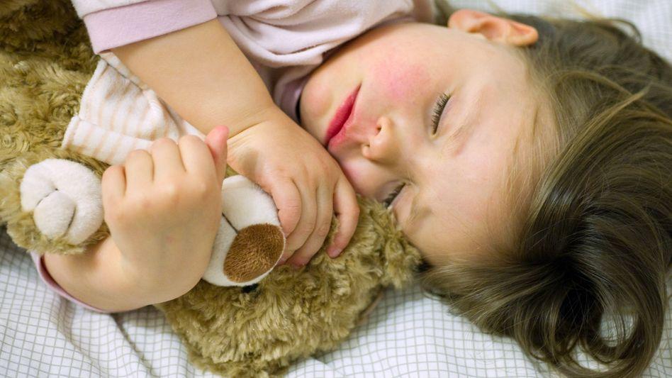 Schlafendes Mädchen: Mehr Wachzustände in der Nacht
