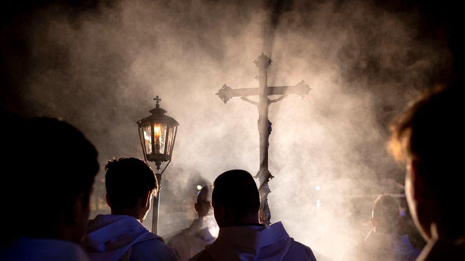 Priester und Geistliche bei einer Prozession