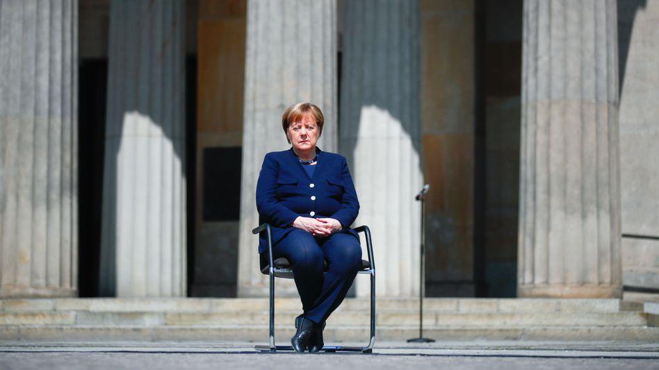 Angela Merkel (während der Gedenkfeier zum Kriegsende in Berlin): Riss in der Machtarchitektur