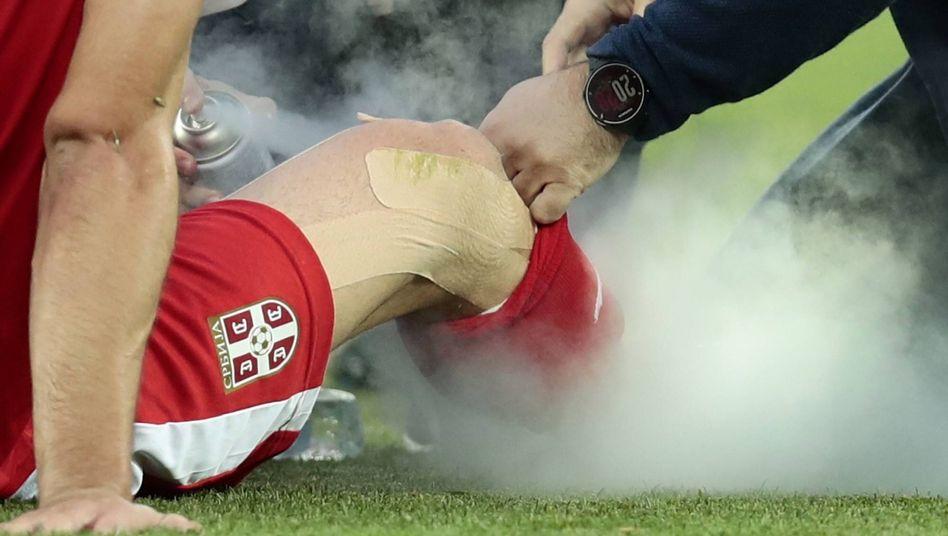 Serbiens Luka Milivojevic wird beim Spiel gegen die Schweiz mit Spray behandelt