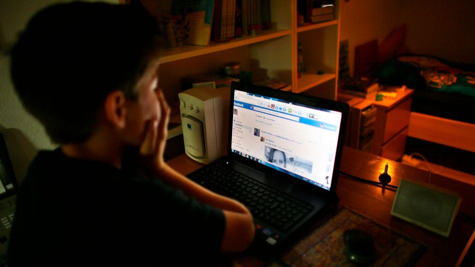Junger Facebook-Nutzer: Empörung über Experiment mit manipulierten Newsfeeds