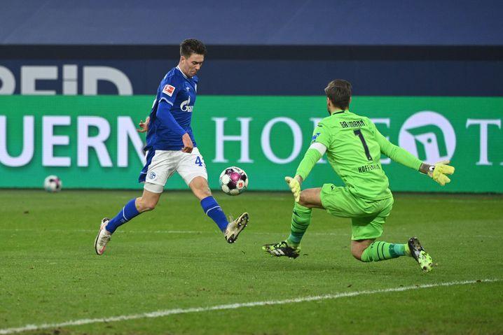 Matthew Hoppe (l.) chippt den Ball über Keeper Oliver Baumann ins Tor