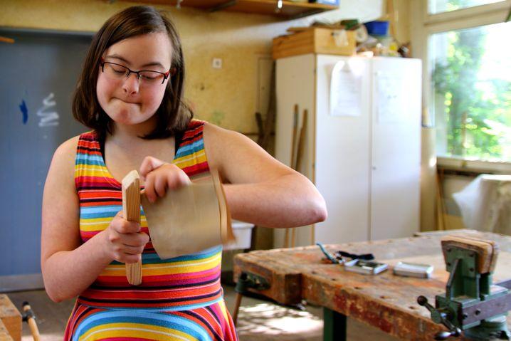 Voll vertieft: Sophies Vater ist Tischler, deswegen kann auch sie gut mit Holz umgehen. Das macht sie stolz
