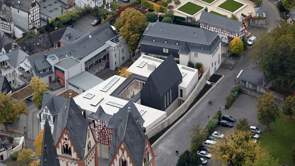 Luftbild vom Neubau des Bischofssitzes in Limburg: Was wird aus dem Bau?