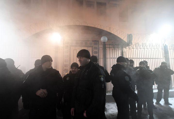 Polizisten vor der russischen Botschaft in Kiew