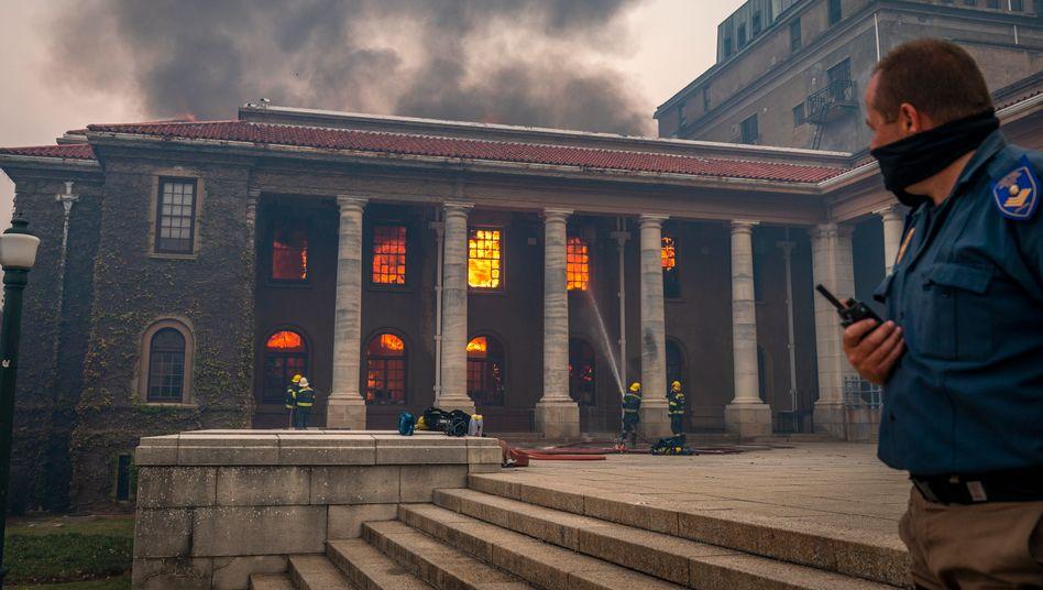 Flammen hinter den Fenstern: Das Feuer zerstörte auch die nahezu zwei Jahrhunderte alte Bibliothek der Universität Kapstadt