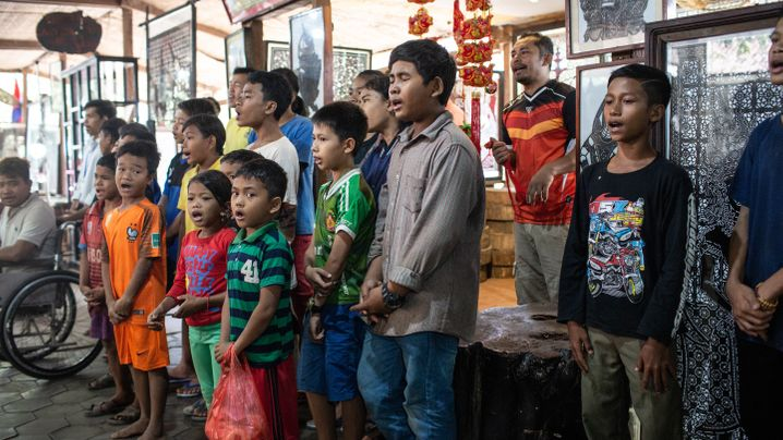 Photo Gallery: Working and Singing for the Tourists