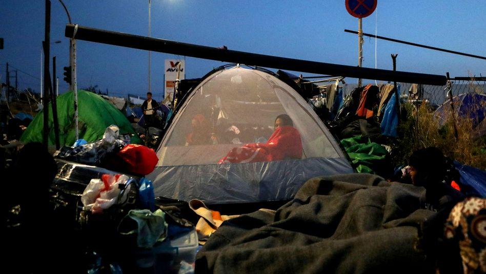 Nach dem Feuer: Migrantin in einem Zelt im neuen, provisorischen Lager in Moria auf Lesbos