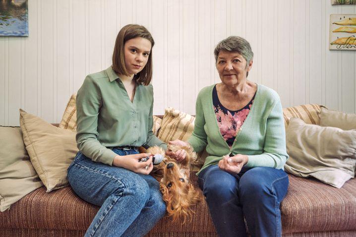 Mutter Tatjana Tolkatschewa mit Alexandra Boguslawskaja, Freundin ihrer Tochter Jelena. In der Mitte deren Cockerspaniel, auf den nun Boguslawskaja aufpasst
