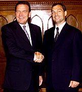 Dank an Ungarn: Kanzler Schröder und Ungarns Ministerpräsident Orban