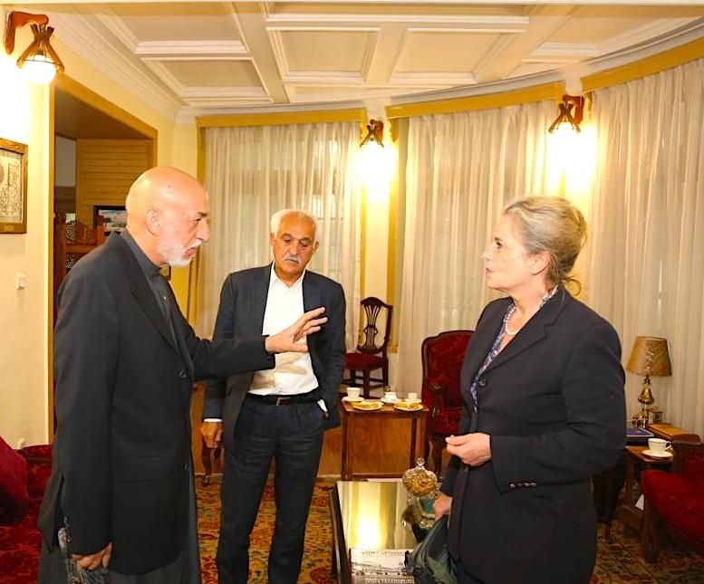 """Karzai with DER SPIEGEL reporter Susanne Koelbl in Kabul: """"After the Taliban's agreement with America, there is no longer any religious or patriotic legitimacy for them to attack their own countrymen."""""""