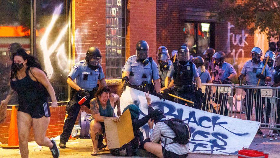 Pfefferspray gegen Protestierende: Demos die zweite Nacht in Folge