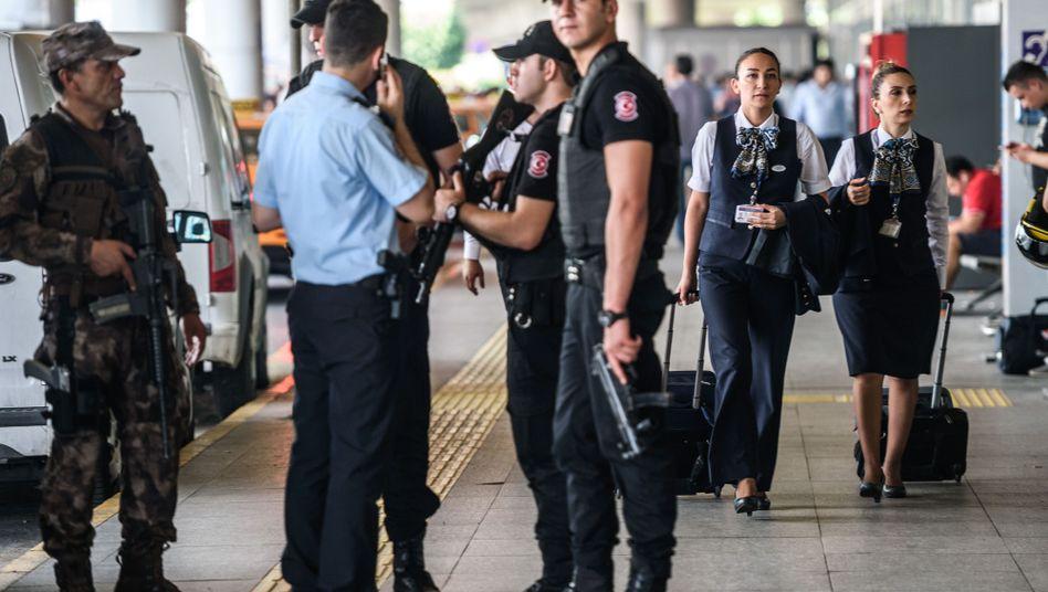 Sicherheitskräfte am Flughafen in Istanbul (Archivbild)