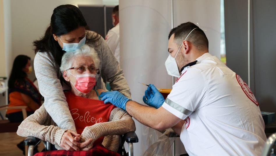 Diese Frau aus Netanya ist eine von mehr als vier Millionen Menschen in Israel, die gegen Covid-19 geimpft wurden