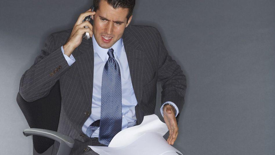 Mann am Telefon: Zu viel Kommunikation ruiniert die Erholung - die eigene und die anderer