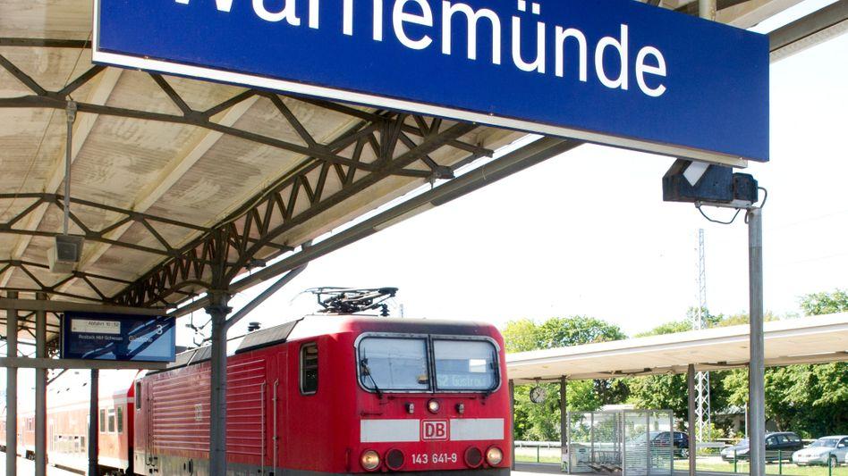 Zug in Warnemünde: Alle Bahnhöfe sollen Anzeigetafeln erhalten