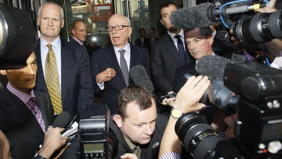 Medienzar Murdoch (Mitte): Auf dem Papier eine Milliarde Dollar ärmer
