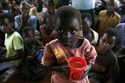 Die Bilanz der Hilfsorganisation Data: Es fehlt noch Geld in Afrika - aber es sind auch Erfolge zu verzeichnen. Zwischen 1999 und 2005 wurden 29 Millionen Kinder zusätzlich eingeschult, 26 Millionen Kinder geimpft, 2,1 Millionen Menschen vor dem Aids-Tod gerettet