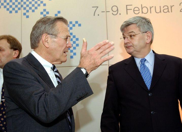 """""""Ich bin nicht überzeugt"""": Fischer und Donald Rumsfeld auf der Münchner Sicherheitskonferenz im Februar 2003"""
