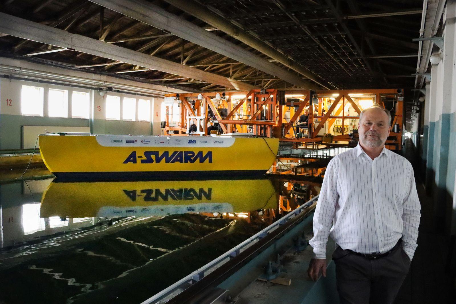 """Test des """"A-SWARM""""-Prototypen in der Schlepprinne der """"Schiffbau-Versuchsanstalt Potsdam"""" mit deren Leiter, Dr. Christian Masilge"""