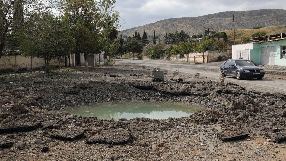 Krisenregion Bergkarabach: Bombenkrater in der Stadt Martakert Aghdara
