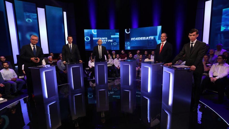 Sechs Kandidaten wollen May nachfolgen, fünf erschienen zur TV-Debatte (v.l.): Michael Gove, Jeremy Hunt, Sajid Javid, Dominic Raab und Rory Stewart. An dem leeren Pult hätte Boris Johnson stehen sollen.