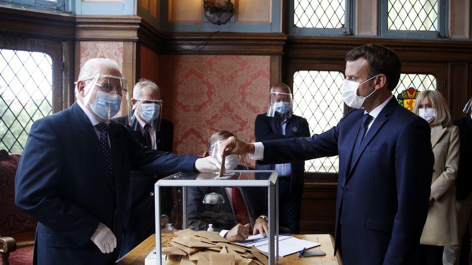 Präsident Emmanuel Macron gibt seine Stimme bei der Kommunalwahl ab