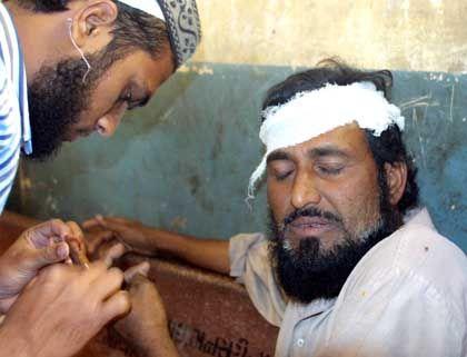 Indien: Ein bei den Unruhen Verletzter wird behandelt