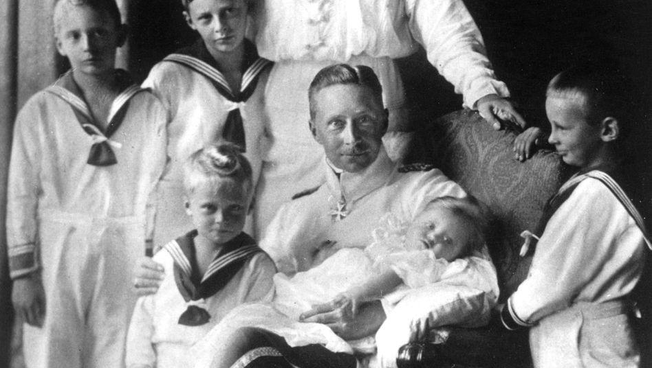 Zeitgenössische Aufnahme von Kronprinz Wilhelm von Preußen mit seiner Gemahlin Kronprinzessin Cecilie von Preußen und ihren Kindern