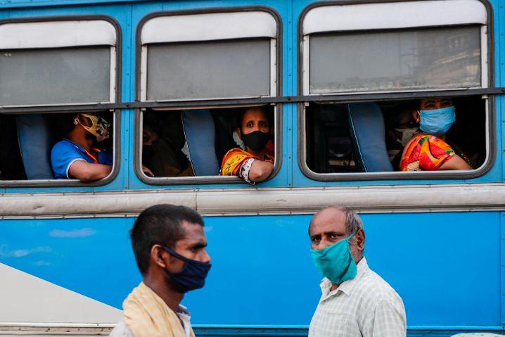 Die Infektionszahl in Indien könnte weit höher liegen als die offiziellen Angaben: Pendlerinnen in Kalkutta