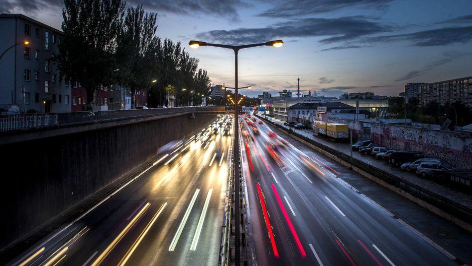 Verkehr auf einer Stadtautobahn in Berlin