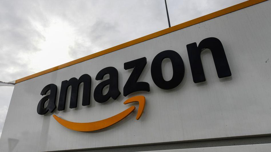 Das Amazon-Logo an einem Logistikzentrum des Konzerns