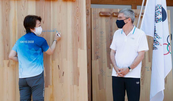 Thomas Bach, Präsident des IOC, mit Seiko Hashimoto, Präsidentin des Organisationskomitees der Olympischen Spiele 2020 in Tokio