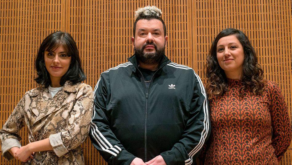 Moderator Oliver Polak (Mitte) mit seinen Gästen Seyda Kurt (links) und Sibel Schick.