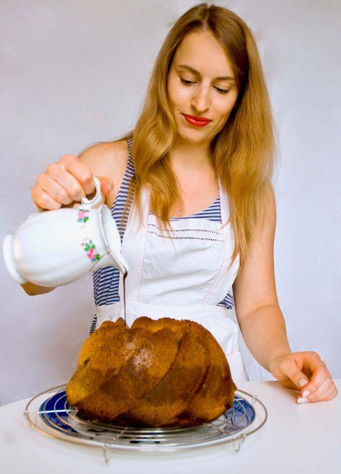 Elena Cremer, 29, ist Mitarbeiterin im SPIEGEL-Hauptstadtbüro in Berlin und schreibt auf ihrem Blog La Crema Patisserie über Donuts mit Schoko-Salzkaramell-Glasur, Orangen-Madeleines und all die anderen Köstlichkeiten, die abends in ihrer vier Quadratmeter kleinen Küche entstehen.