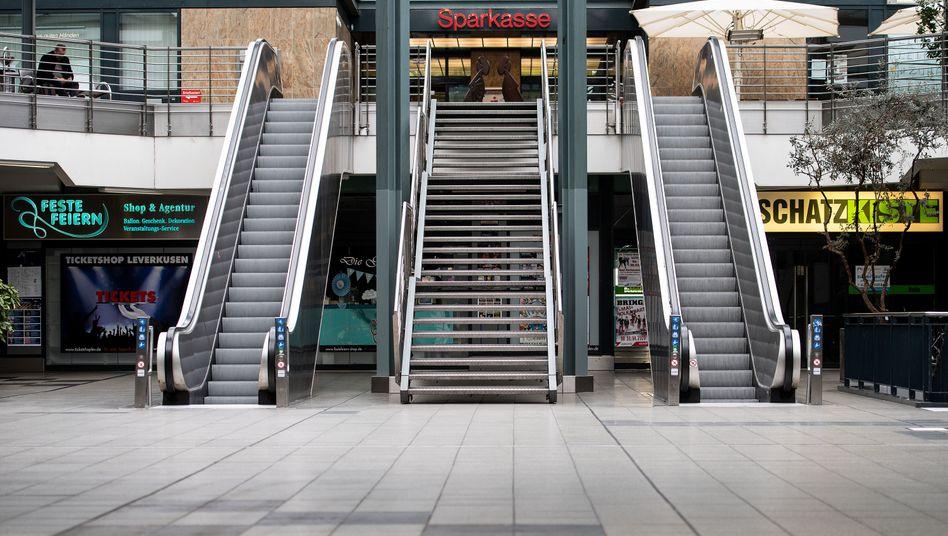 Menschenleere Rolltreppen einer Einkaufspassage in Leverkusen