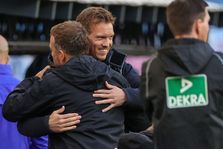 Julian Nagelsmann, noch Leipzig, umarmt Hans-Dieter Flick, noch Bayern