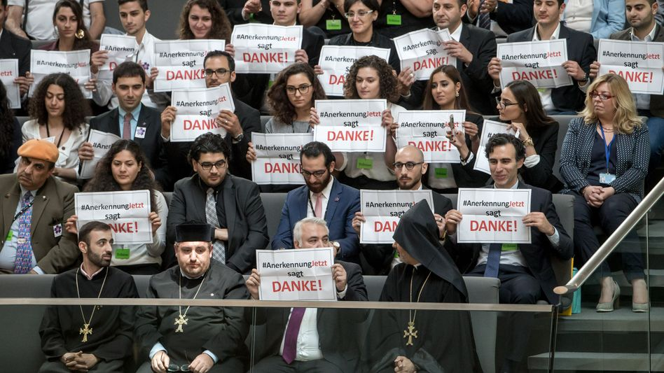 """Mitglieder der Initiative """"Anerkennung Jetzt"""" im Bundestag nach der Abstimmung"""