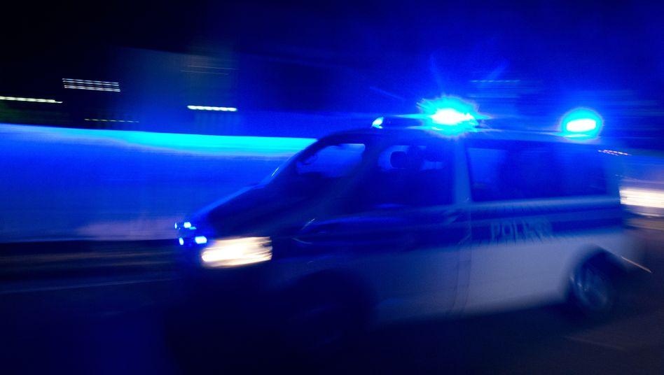 Laut Polizei werde die Sperrung der A2 in Richtung Berlin noch bis etwa 6.00 Uhr morgens bestehen