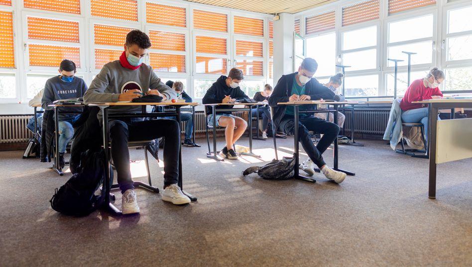 Notenbonus bei vorherigem Unterrichtsausfall? Schülerinnen und Schüler in Haltern bei einer Klausur