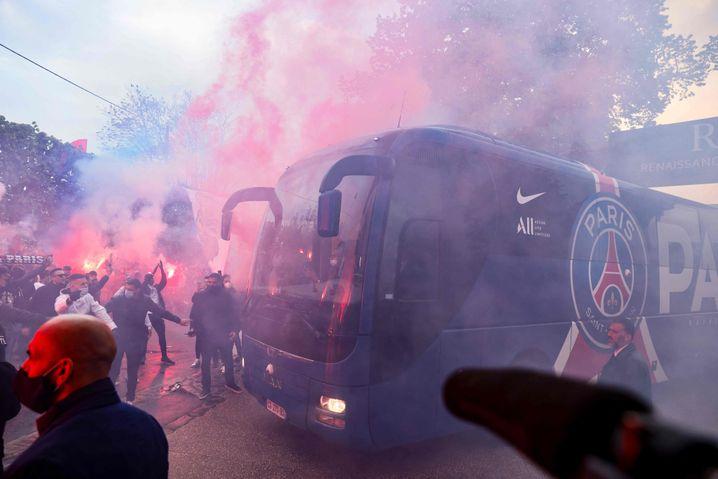 Mit Pyro werden die PSG-Stars vor dem Halbfinale gegen Manchester City empfangen