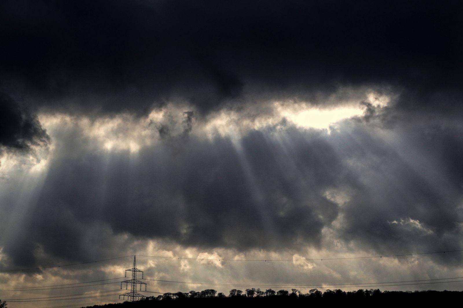 Ruhige Winterwetterlage Ruhiges Winterwetter mit trotzdem teils dramatischer Wolkenbildung im Gegenlicht, die sich zuneh