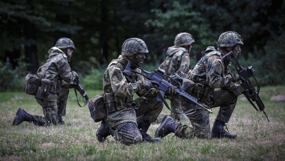 Bundeswehrrekruten bei einer Übung in Hagenow (Archivbild)