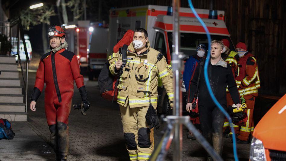 Der Unfall eines Höhlentauchers hat einen Großeinsatz von Feuerwehr, Wasserwacht, Bergwacht, Rettungsdienst und Polizei ausgelöst