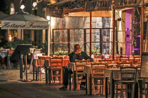 Ein einsamer Restaurantgast am Sonntag in Rom