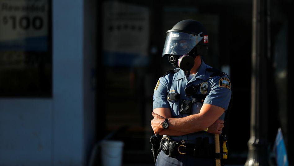 Ein Polizist in Minneapolis, Minnesota