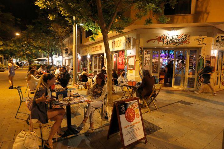 Gäste einer Bar auf Mallorca: Die Außengastronomie darf in Spanien seit Beendigung des Corona-Notstandes am 9. Mai wieder öffnen